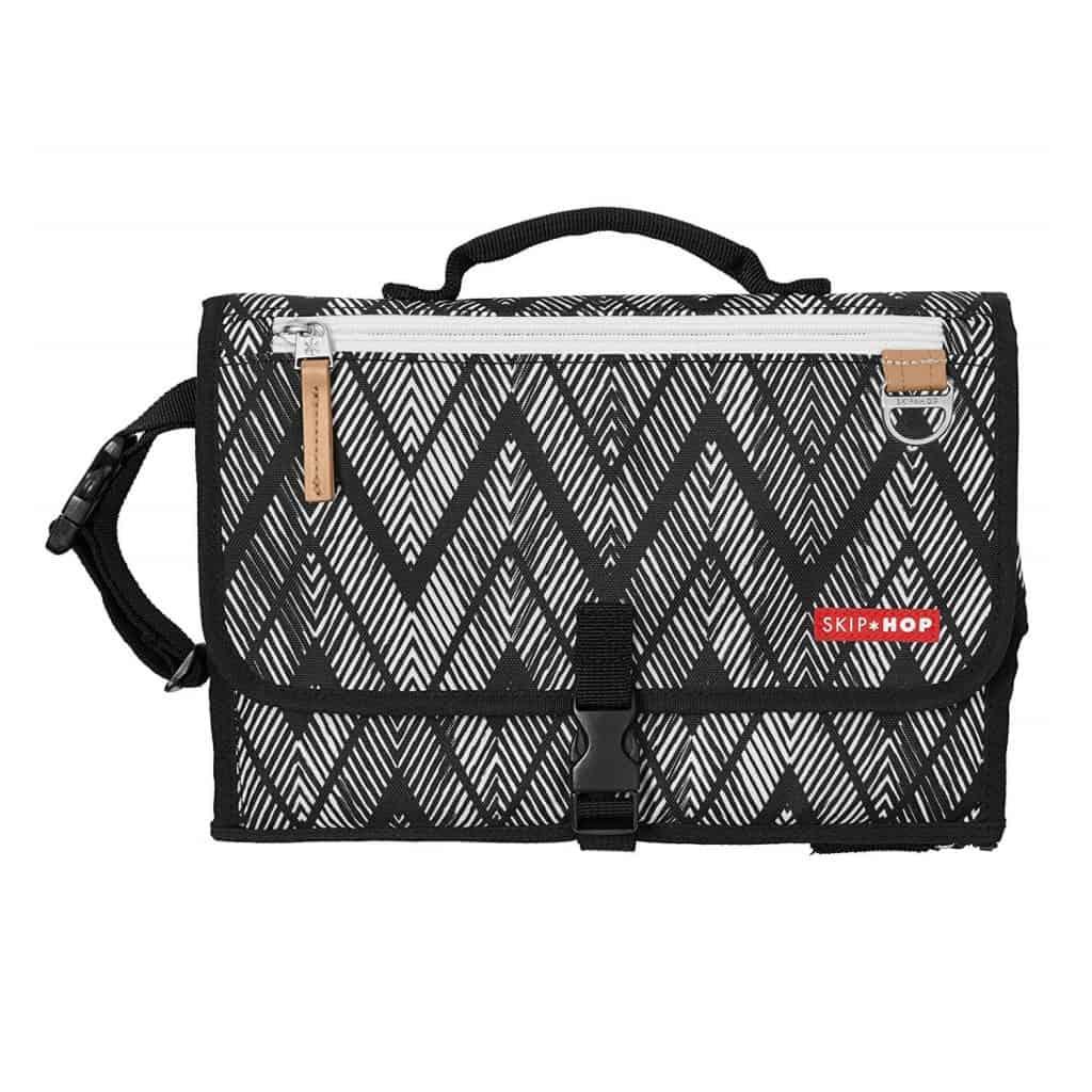 Pronto folded in zigzag zebra thin alternating black and white horizontal zigzags